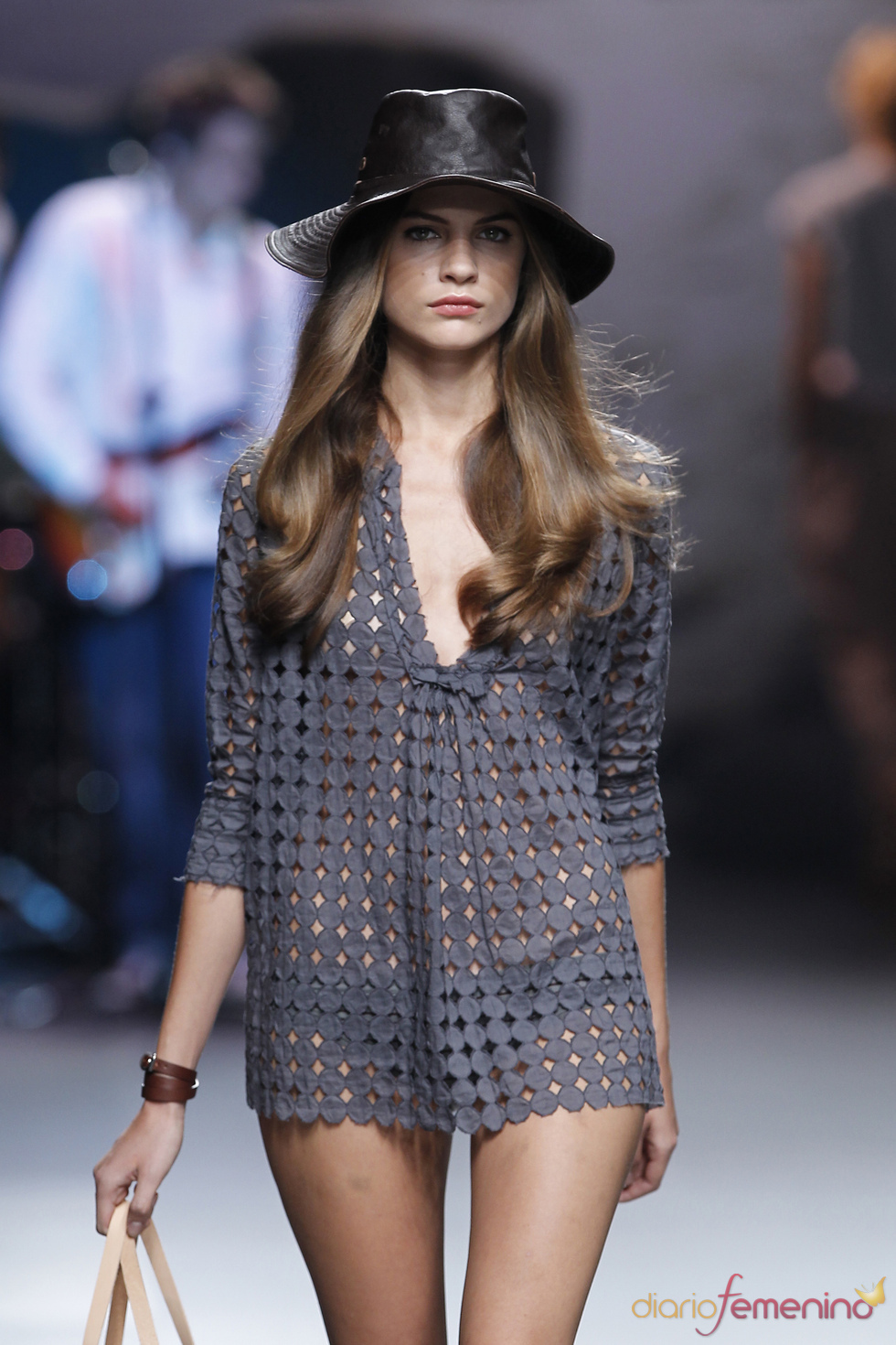 Holgadas blusas perforadas para ir a la playa segúnTCN en la Madrid Fashion Week