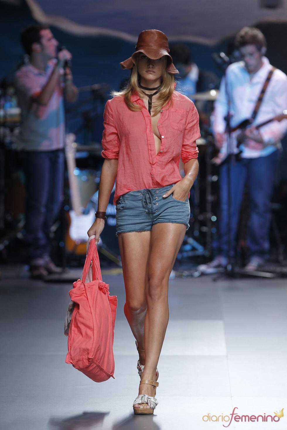 El coral cobra protagonismo en el armario de TCN para la Madrid Fashion Week