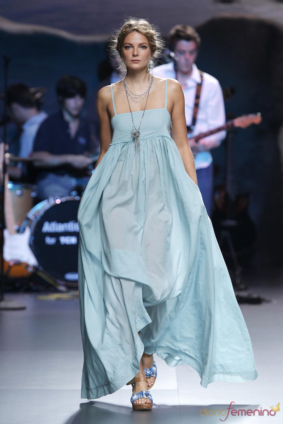 Maxivestido azul de TCN para la Madrid Fashion Week