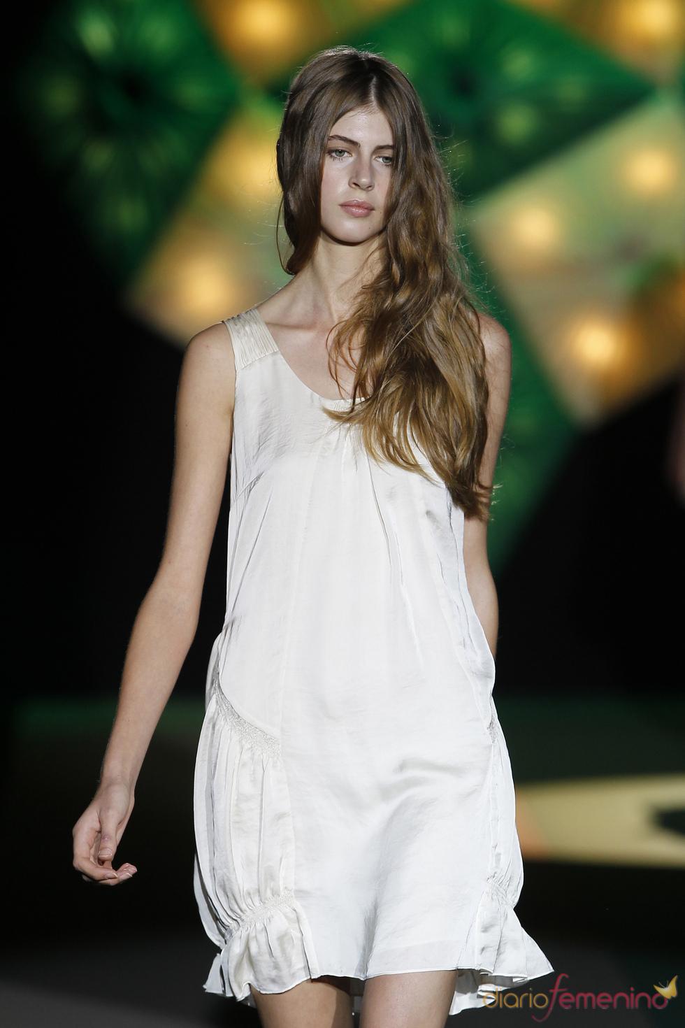 La silueta femenina, protagonista en la colección estival 2011 de Sita Murt