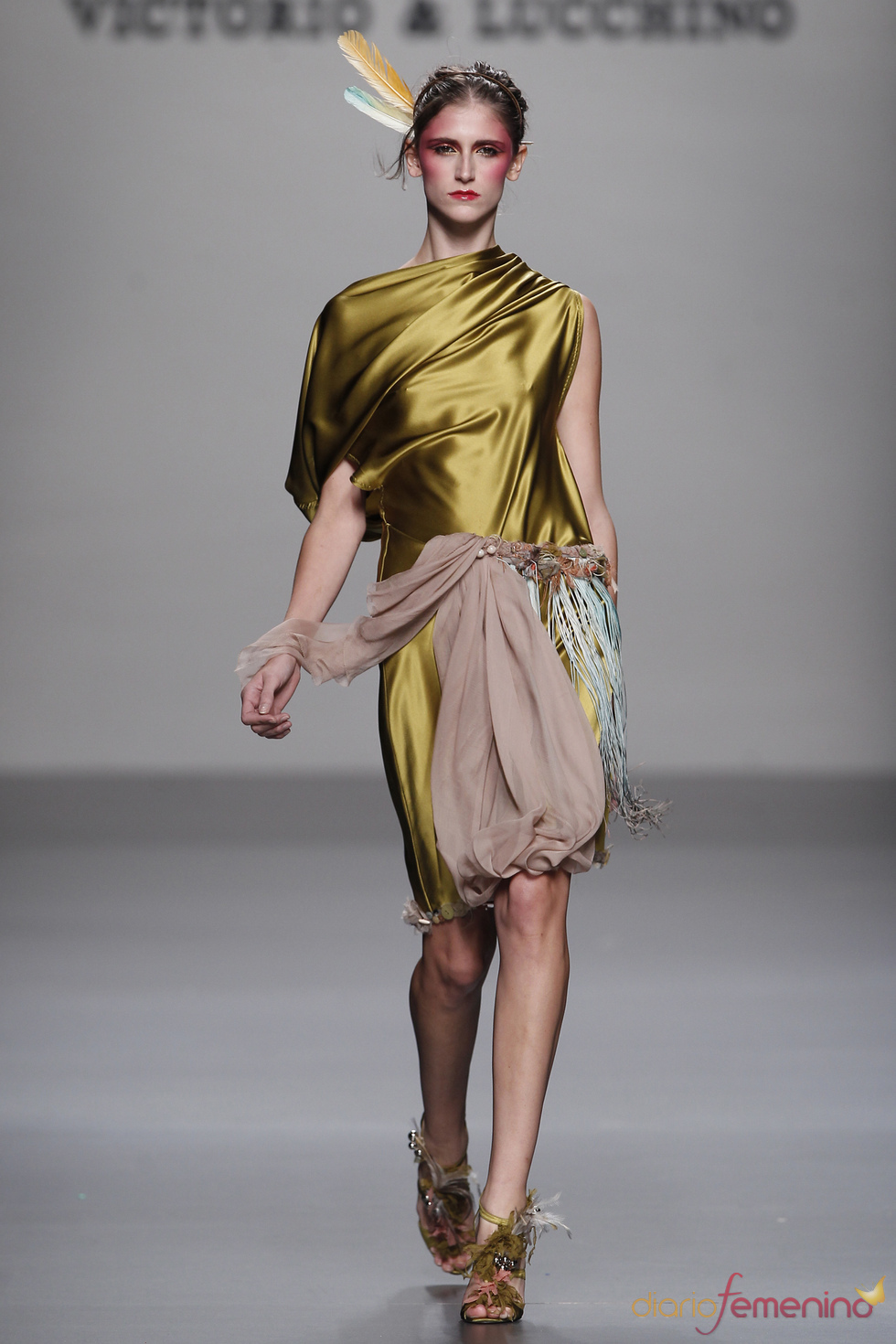 Modelo de Victorio & Lucchino para la primavera-verano 2011