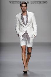 Victorio & Lucchino viste a un hombre elegante para el verano de 2011