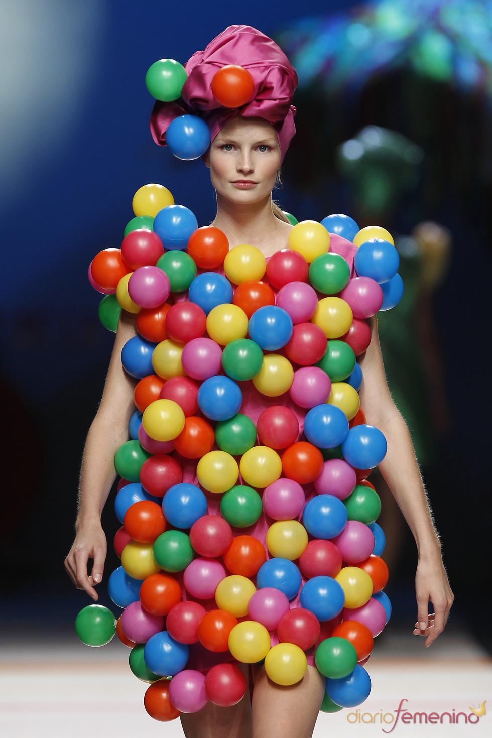 Vestido con bolas de Ágatha Ruiz de la Prada