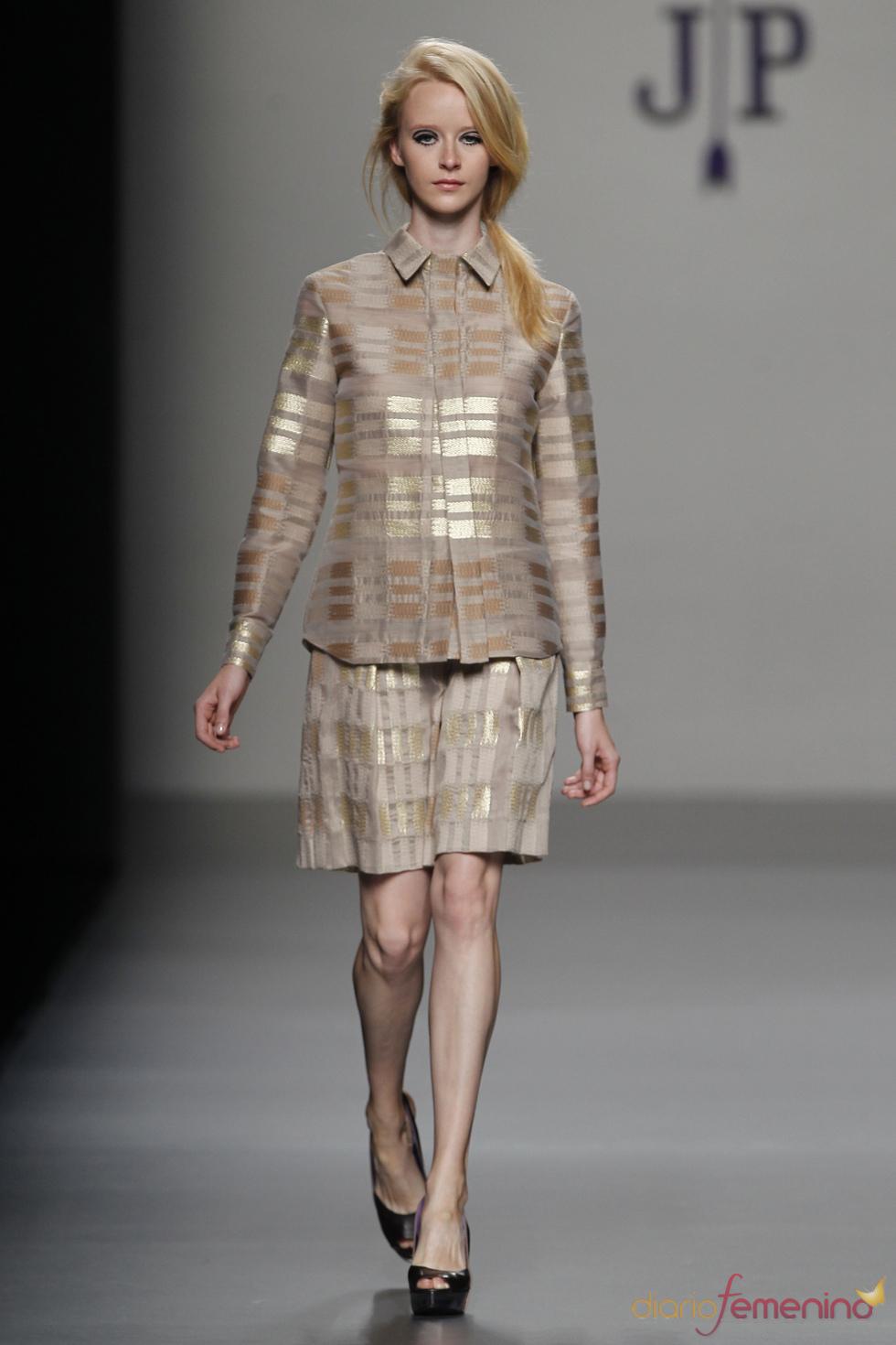 Conjunto brillante de chaqueta y falda de Jesús del Pozo
