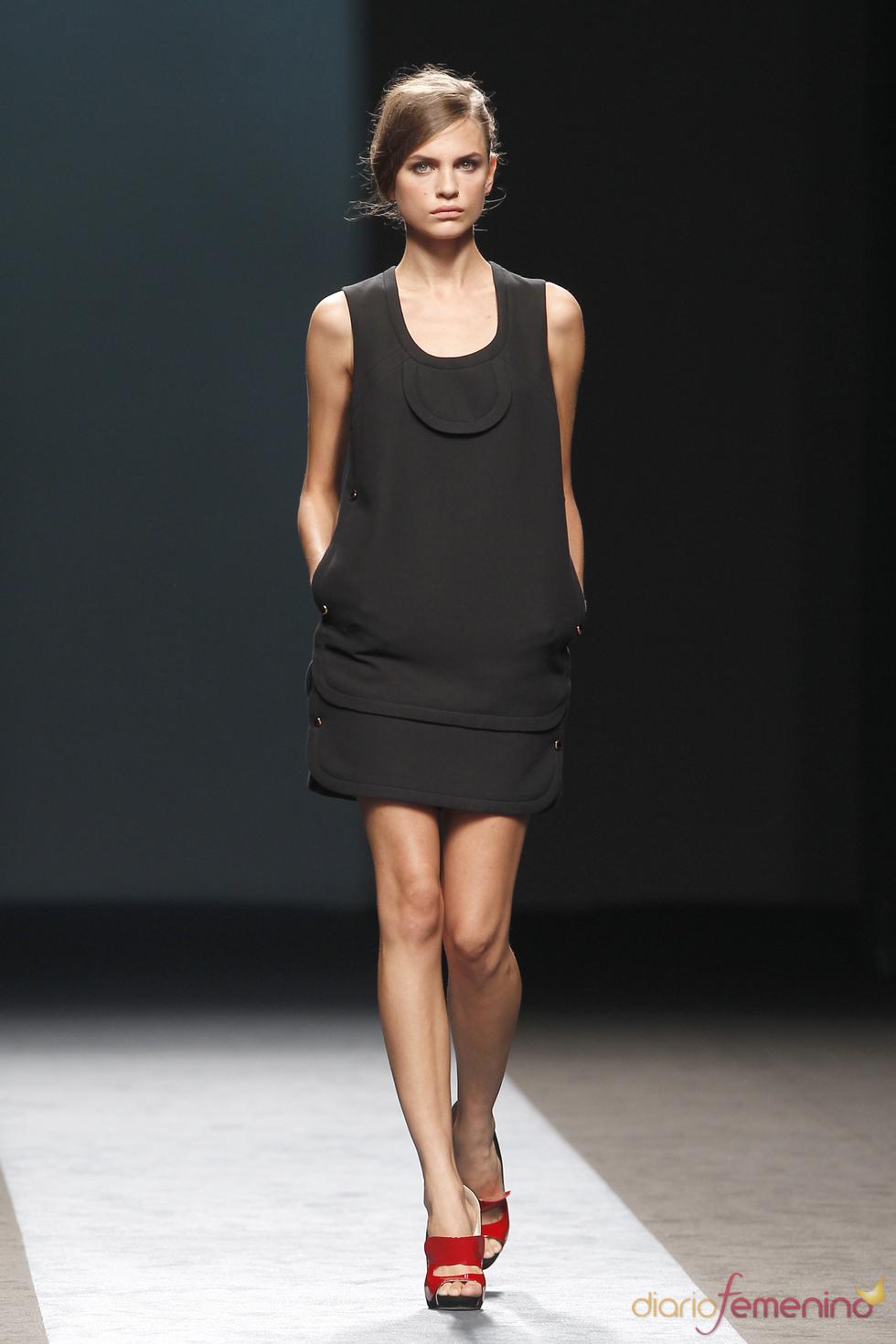 Total look black de Miguel Palacio en Cibeles