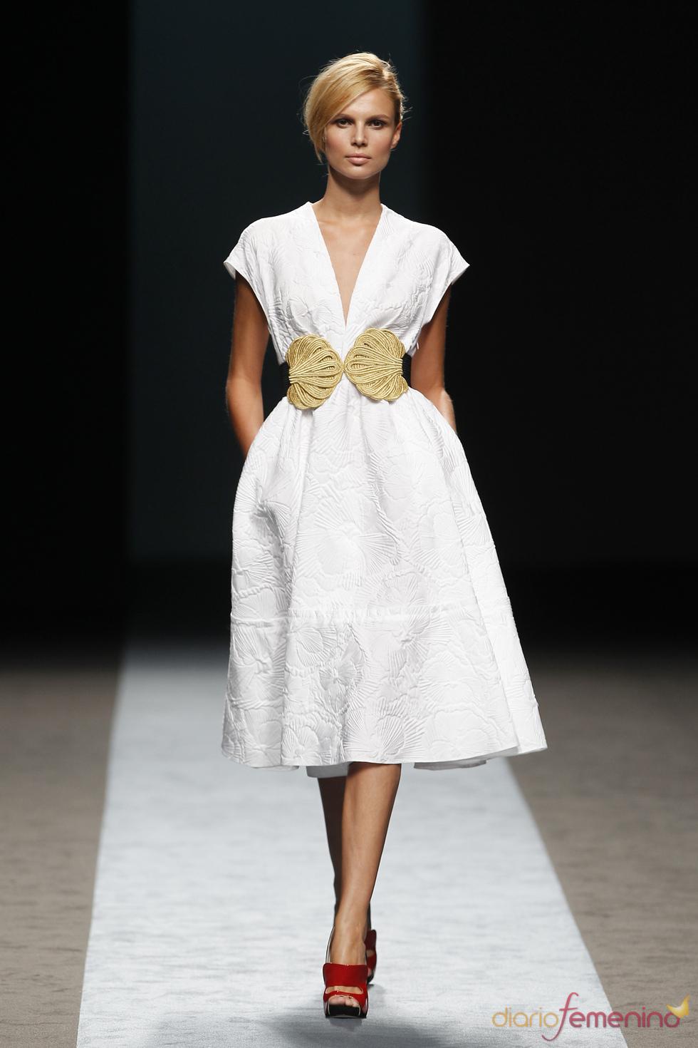 Vestido blanco y elegante de Miguel Palacio para el verano 2011
