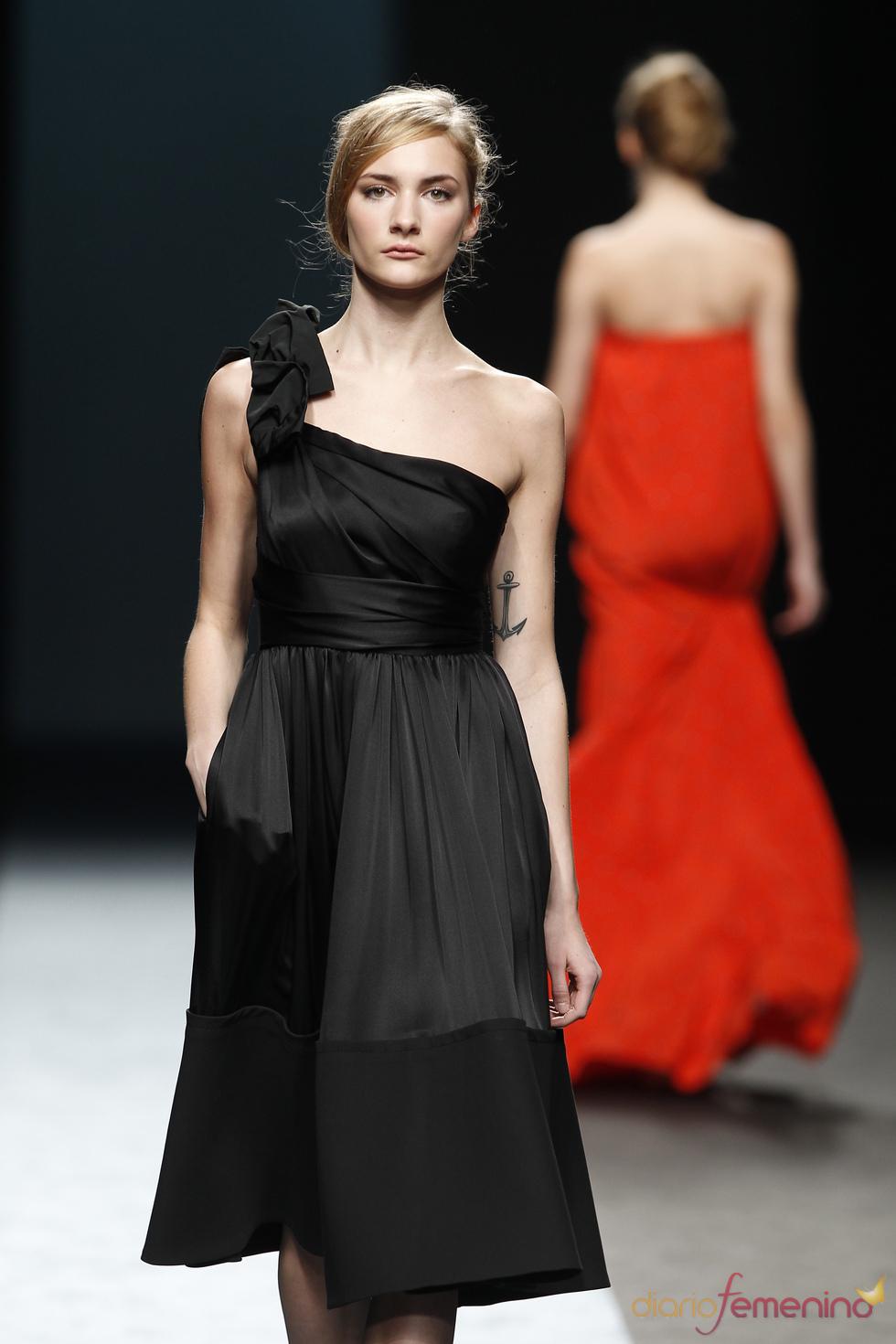 Vestido negro asimétrico de Miguel Palacio