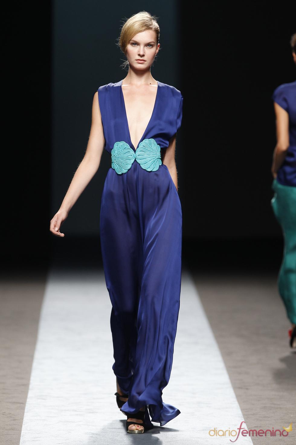 Vestido azul de Miguel Palacio sobre la Pasarela Cibeles
