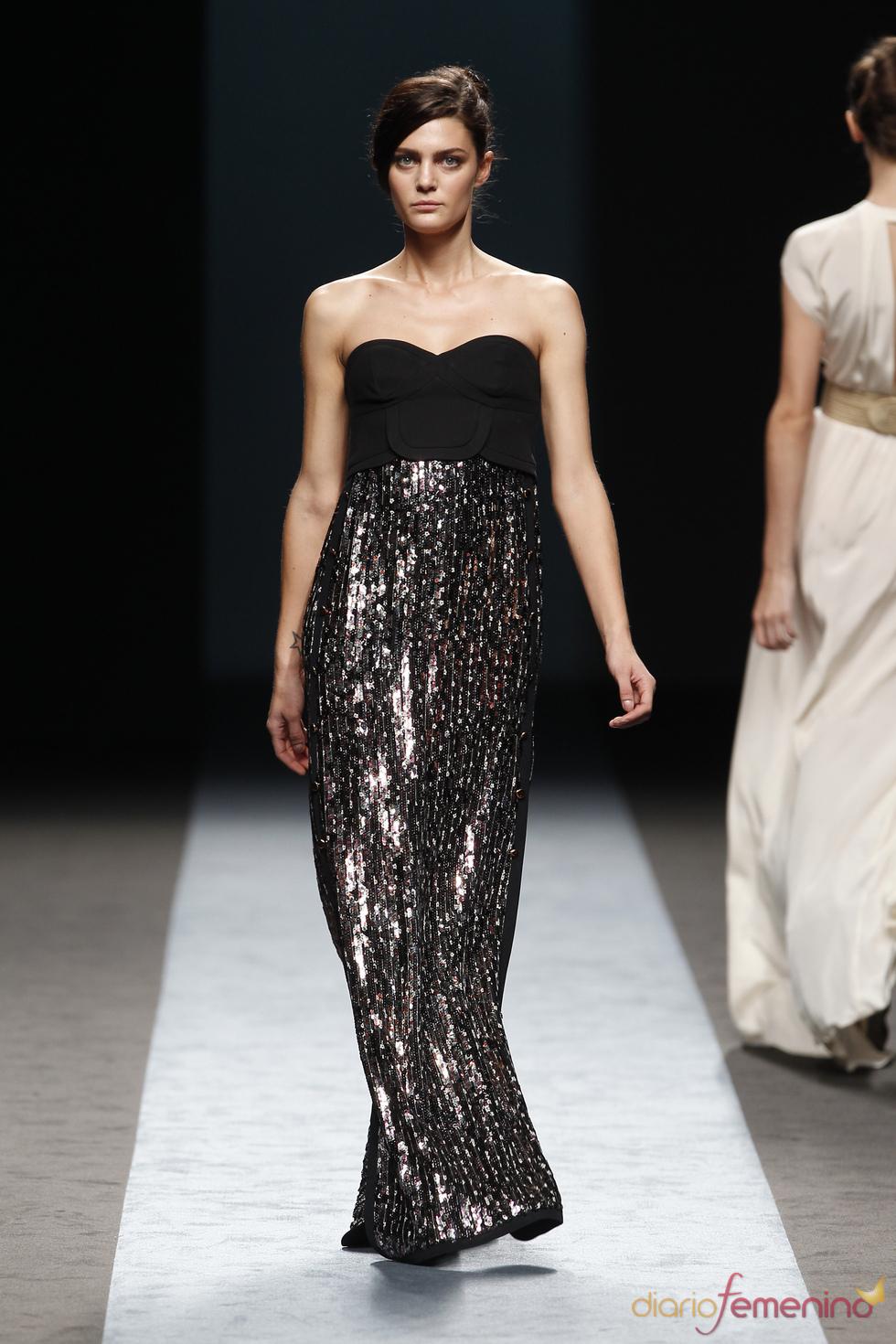 Vestido negro con brillos de Miguel Palacio