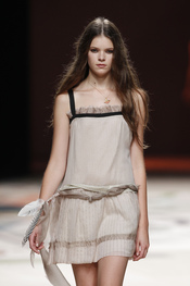 Ailanto emplea las plumas en su colección primavera-verano 2011