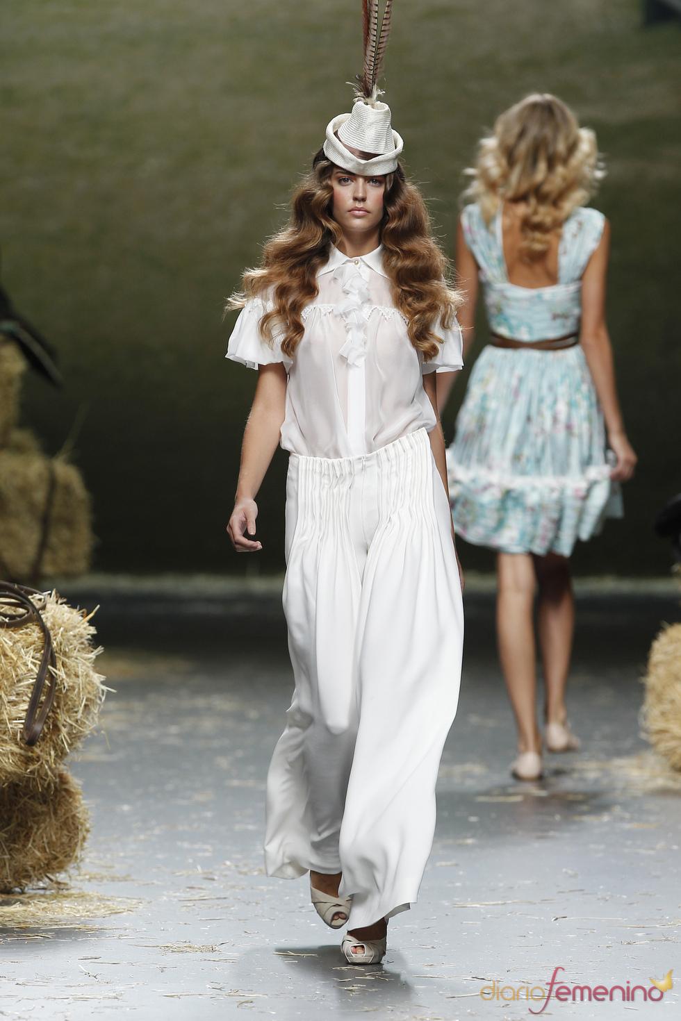 La gasa, el tejido base en la colección primavera-verano 2011 de Alma Aguilar