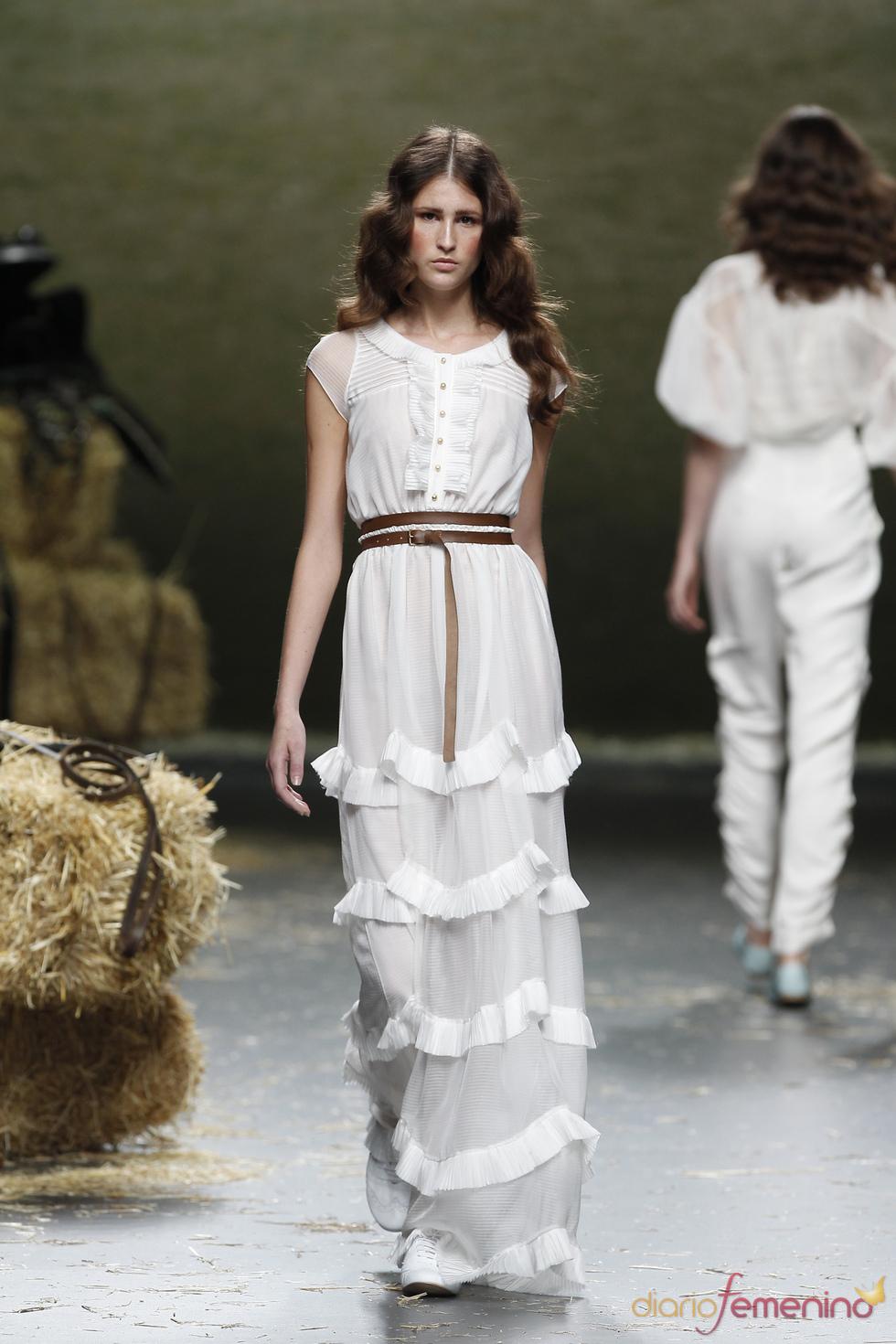 Alma Aguilar presenta una colección primavera-verano 2011 de líneas suaves y ligeras