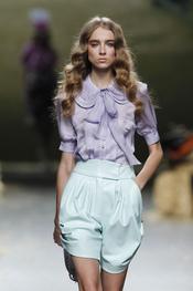 A Alma Aguilar le gustan los lazos para la primavera-verano 2011