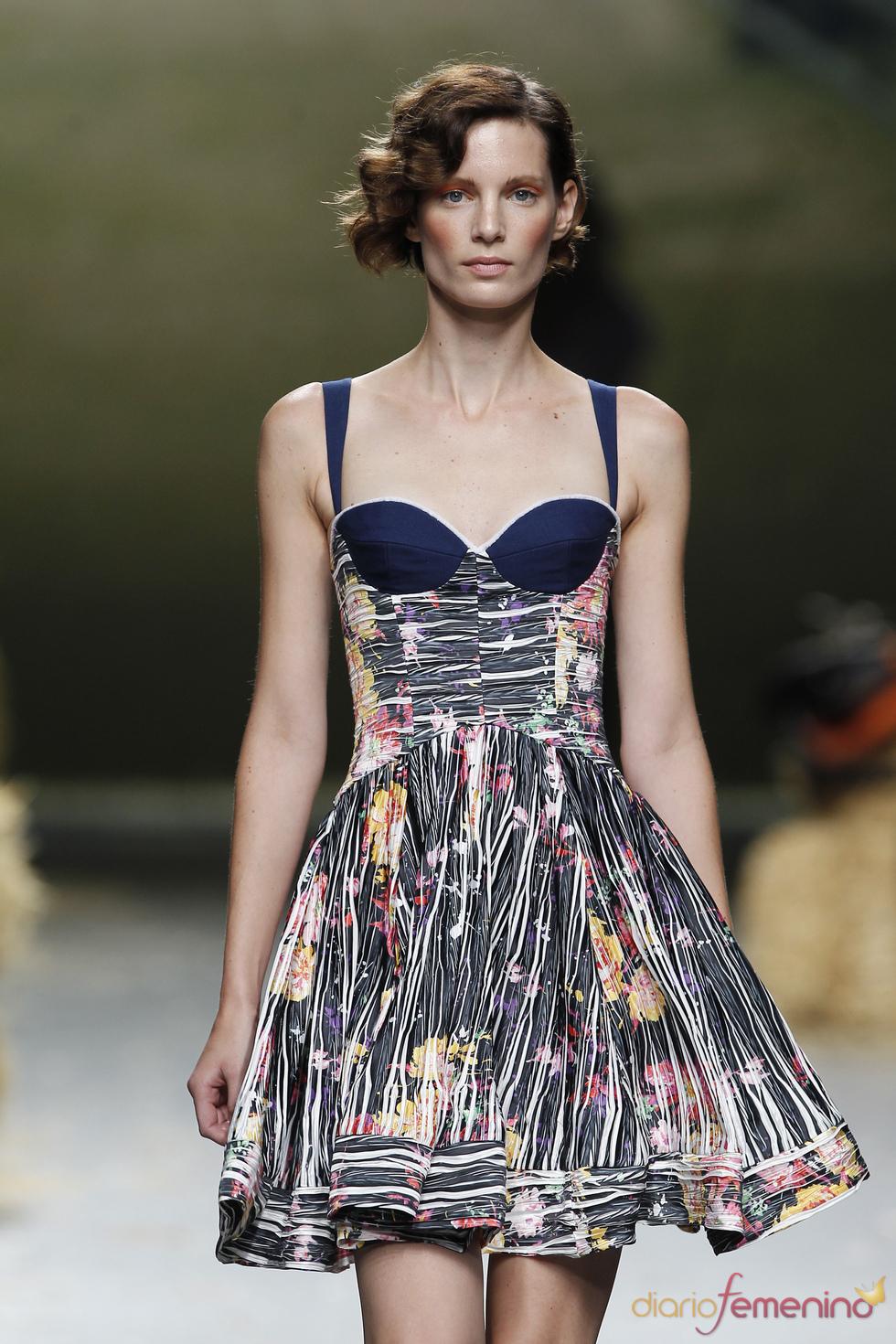 Modelo de la colección primavera-verano 2011 de Alma Aguilar