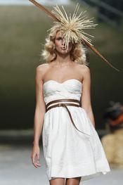Vestido crudo palabra de honor de Alma Aguilar en Cibeles Madrid Fashion Week