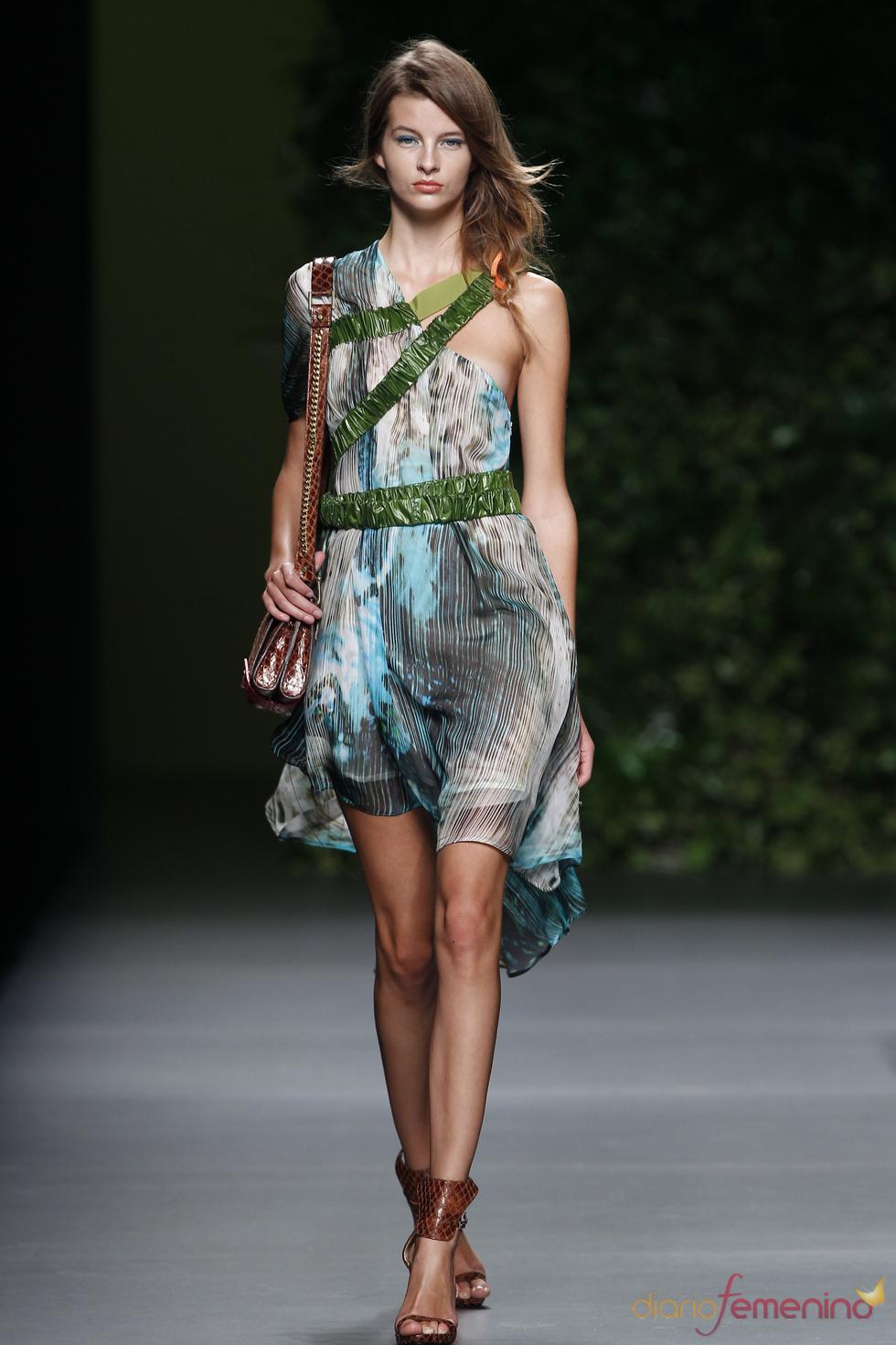 Vestidos asimétricos en la colección primavera-verano 2011 de Devota & Lomba