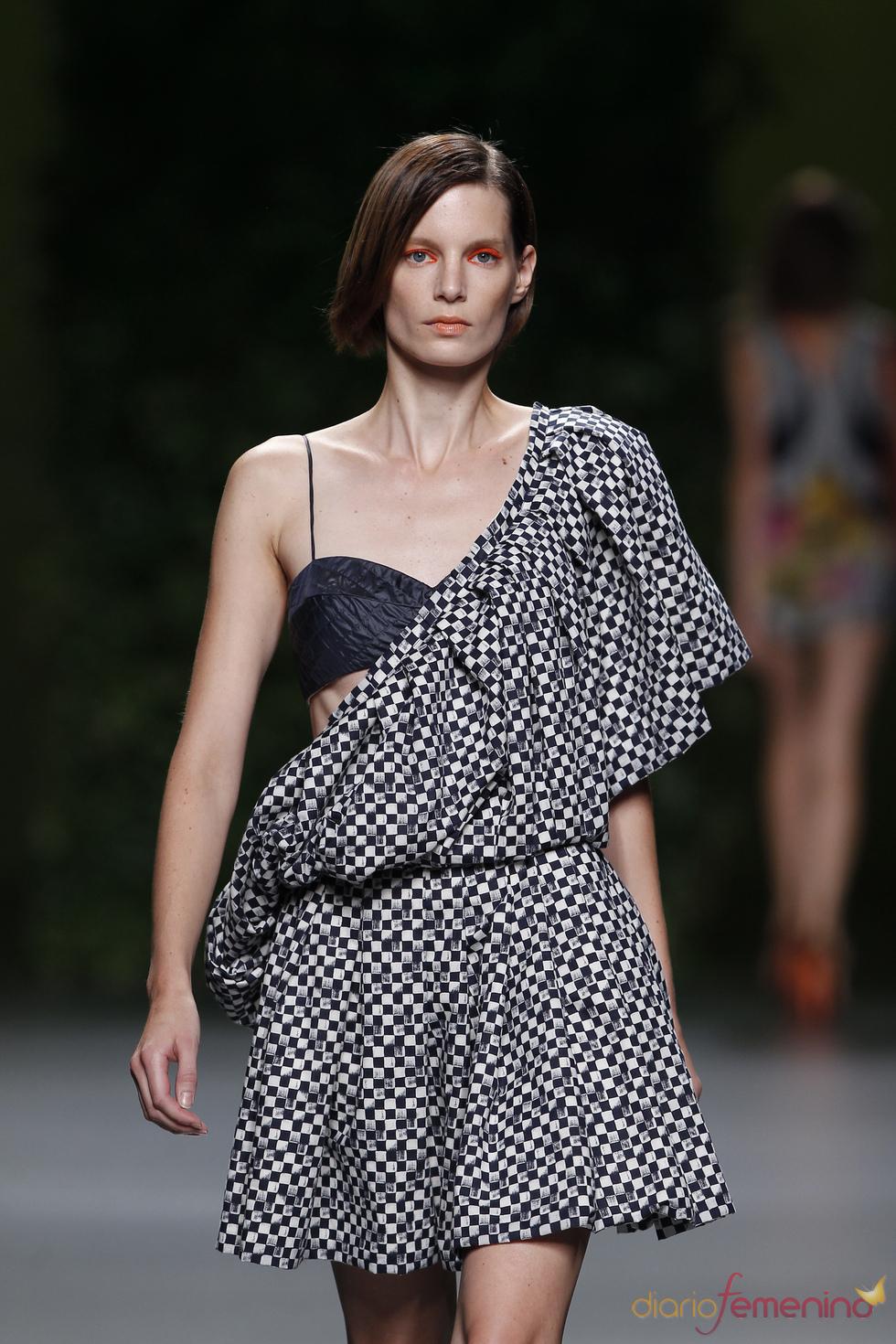 Modelo sugerente de Devota & Lomba para la primavera-verano 2011