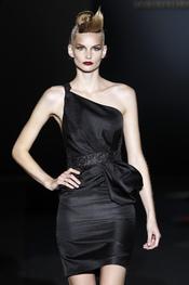 Hannibal Laguna salpica de asimetría sus vestidos de fiesta para 2011