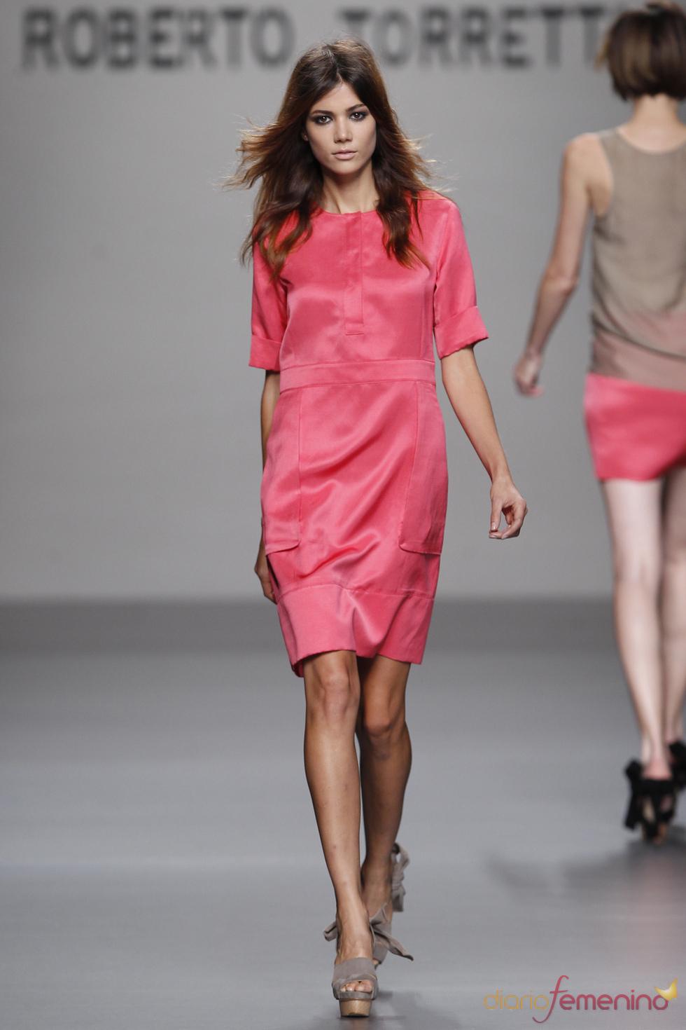 Roberto Torretta viste a la mujer con colores vivos en primavera 2011