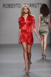 Modelo sugerente de Roberto Torretta para la primavera-verano 2011