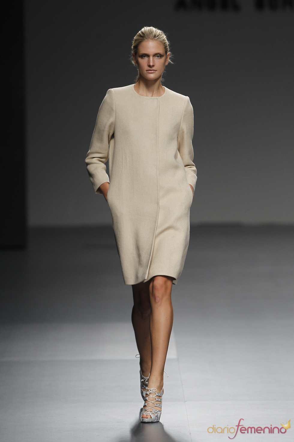 Ángel Schlesser usa el marfil sucio en sus diseños para la primavera 2011