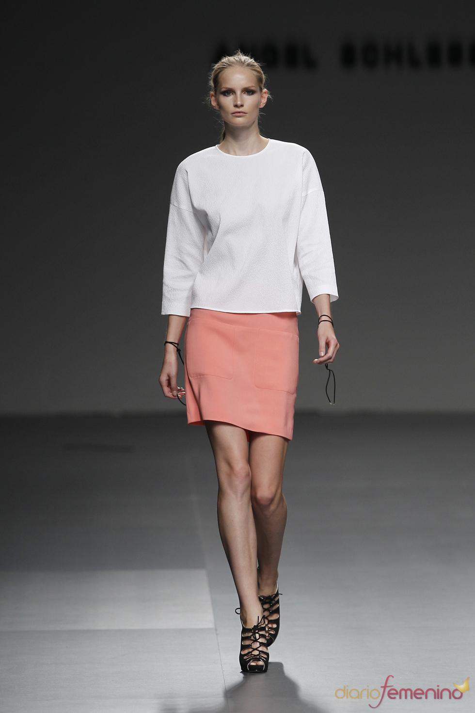 Una austeridad muy femenina en la colección primavera-verano-2011 de Ángel Schlesser