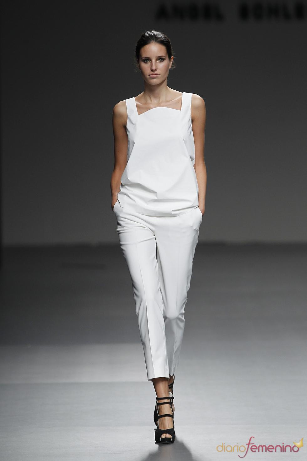 Conjunto blanco de Ángel Schlesser para la primavera-verano 2011