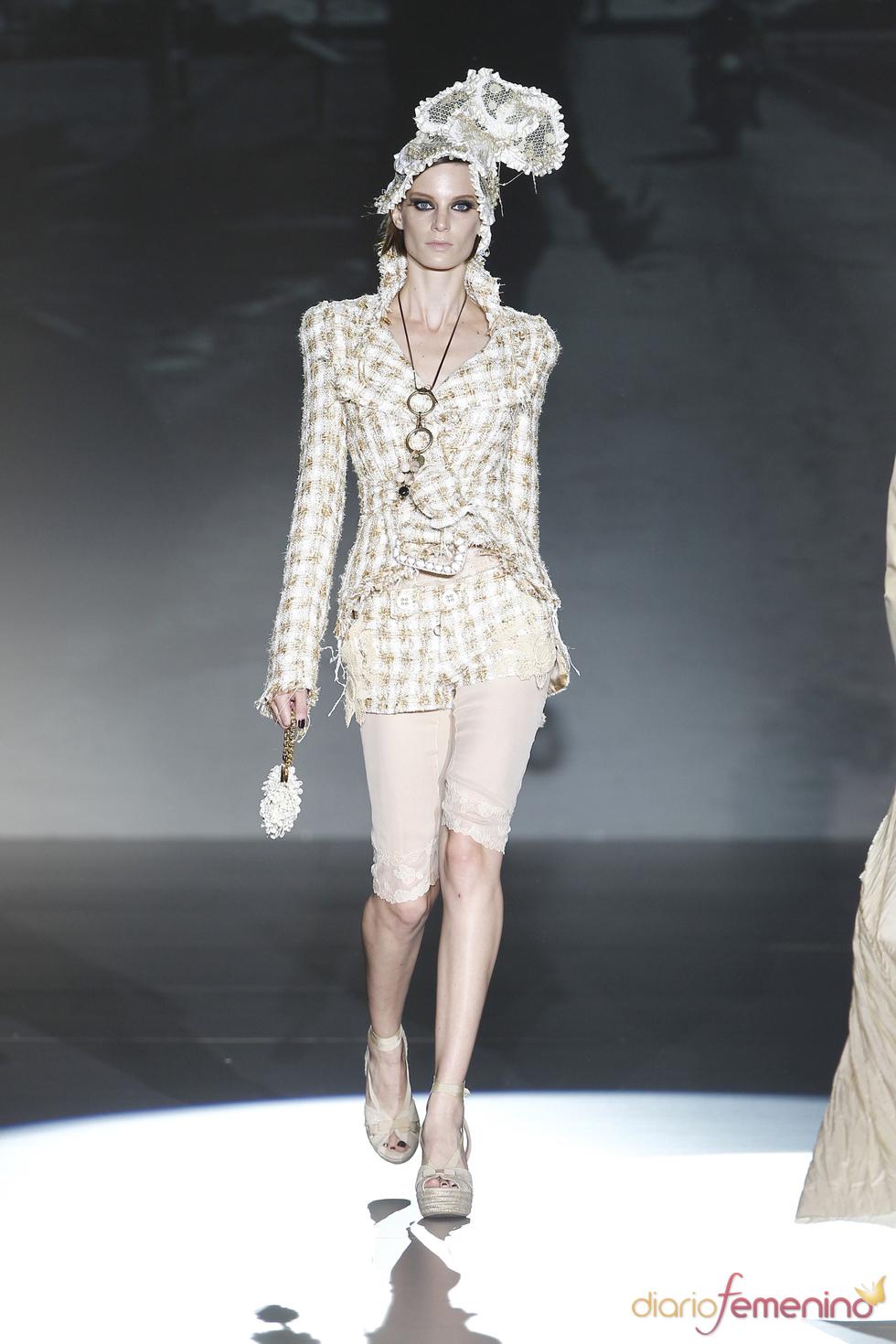 Traje de chaqueta y pantalón corto colección primavera-verano 2011 Roberto Verino