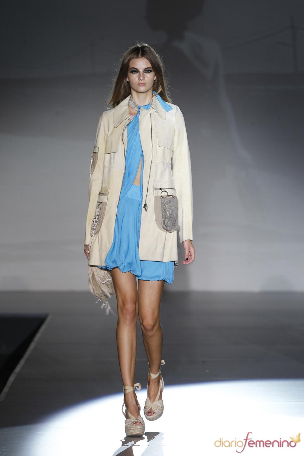 Vestido azul con parca para la colección 2011 de Roberto Verino