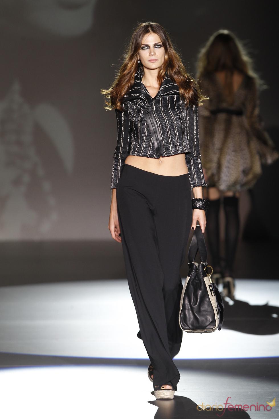 Pantalón de pierna ancha en la colección primavera-verano 2011 de Roberto Verino