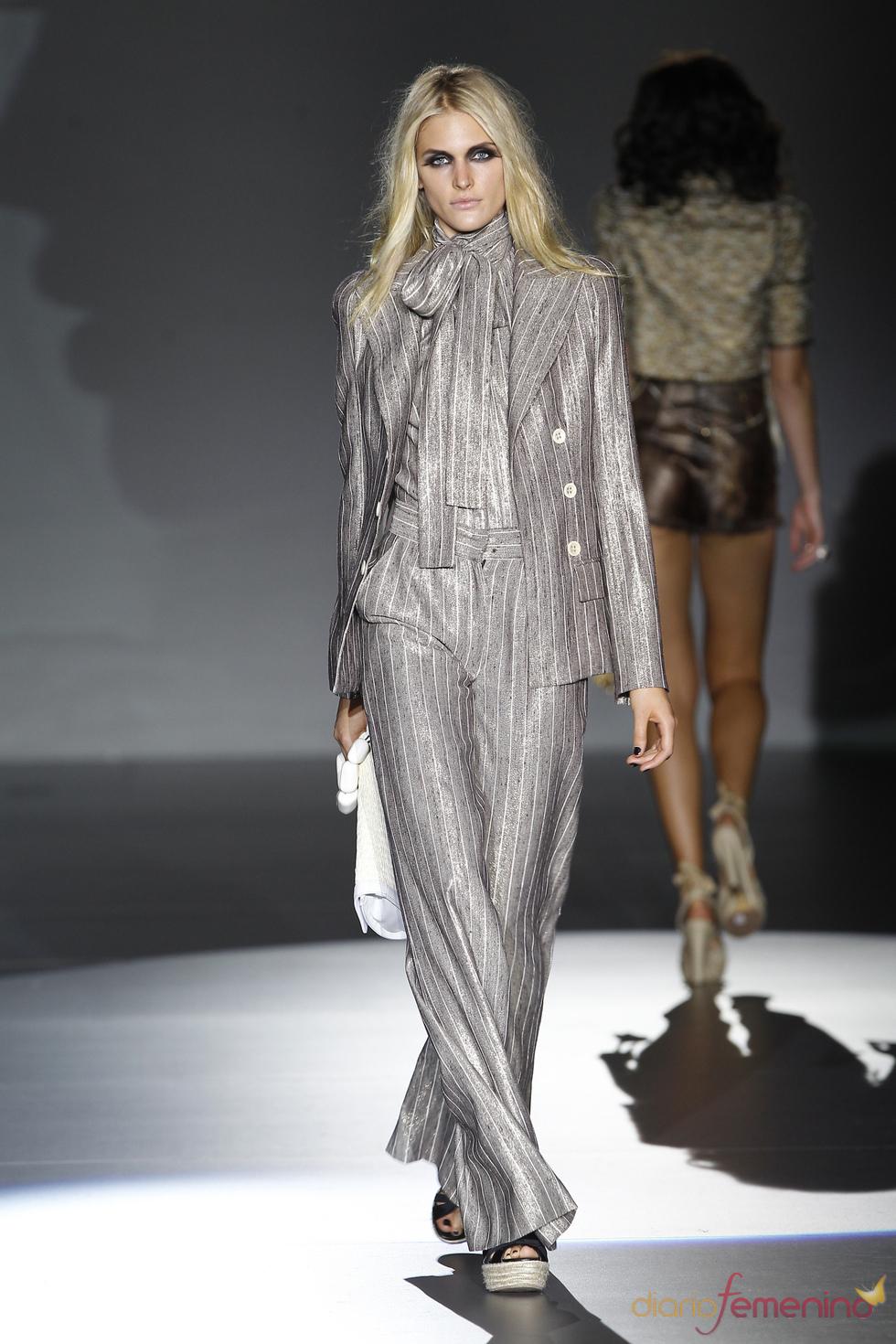 Traje de chaqueta con lazada para primavera-verano de la mujer 2011 de Roberto Verino