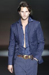 El hombre de Roberto Verino en azul marino para la colección primavera-verano 2011