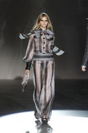 Traje con transparencias para la colección primavera-verano 2011 de Roberto Verino