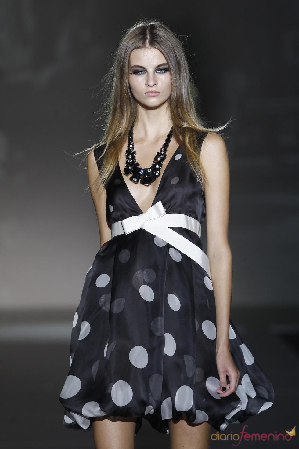 Vestido de cocktail con topos para la colección primavera-verano 2011 de Roberto Verino