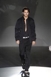 Total-look negro para el hombre de Roberto Verino en Cibeles