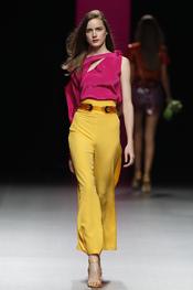 Caída de las gasas y sedas en la colección primavera-verano 2011 de Juanjo Oliva