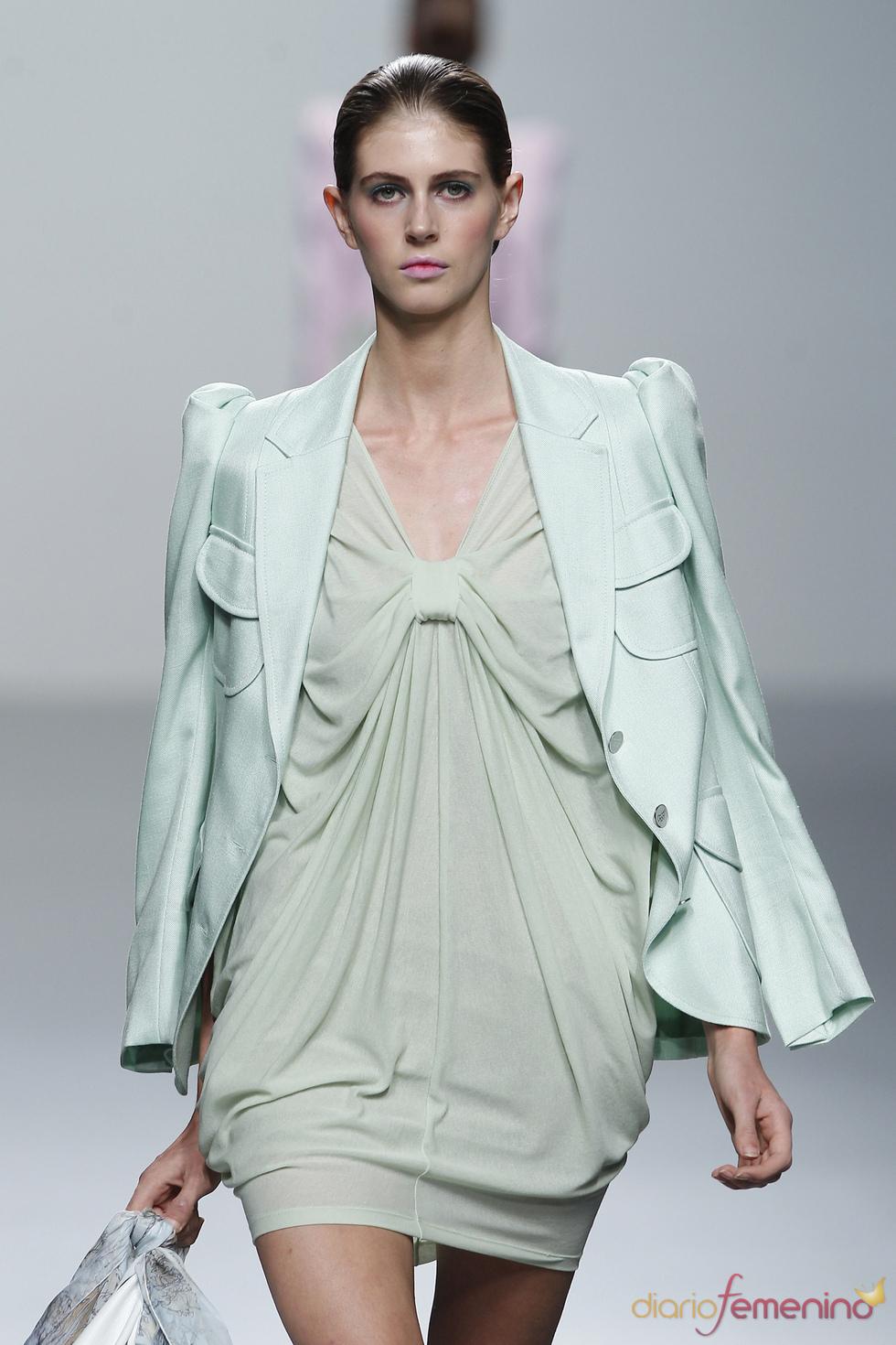 Vestido y chaqueta verde pálido de Miriam Ocariz en Cibeles 2011