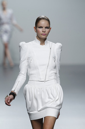 Blanco futurista para la primavera-verano de Miriam Ocariz. Cibeles 2011