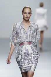 Vestido estampado de Miriam Ocariz en Cibeles 2011