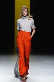 Juanjo Oliva elige prendas vaporosas para la primavera-verano 2011