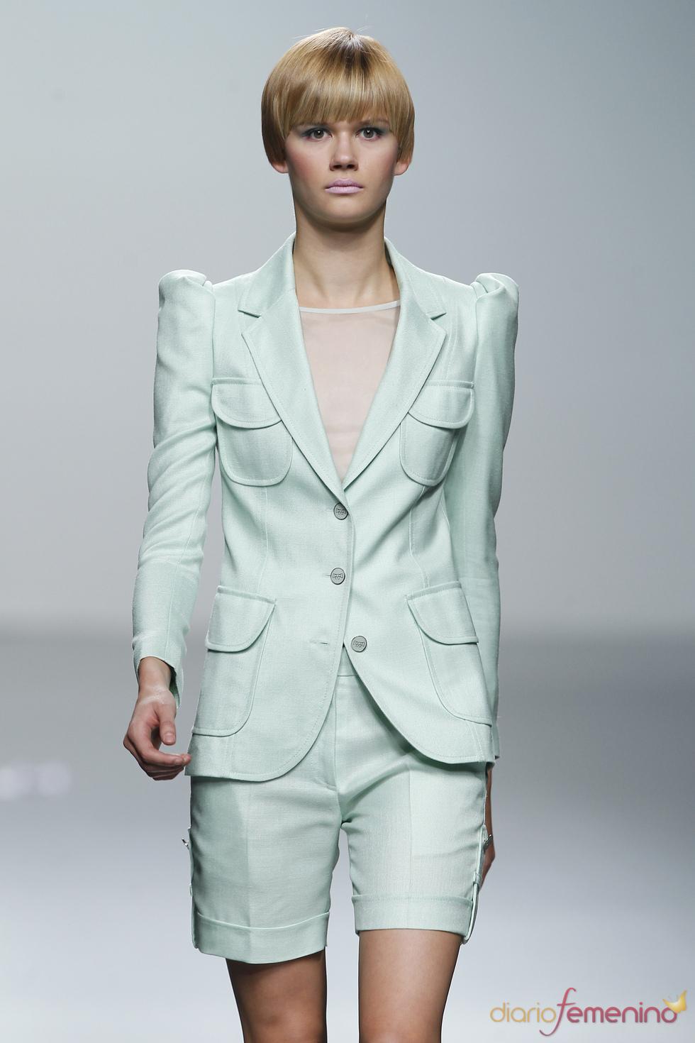 Traje de chaqueta verde pálido para la mujer 2011 de Miriam Ocariz