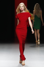 Vestido lleno de Sensualidad para la primavera 2011 de Juanjo Oliva