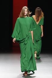 Diseños a modo de túnicas de Juanjo Oliva para el verano 2011
