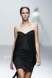 El negro también se adueña de la colección de Miriam Ocariz para Cibeles 2011