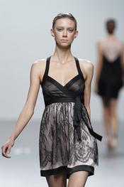 Los encajes y el color negro se unen en esta creación de Miriam Ocariz para Cibeles 2011