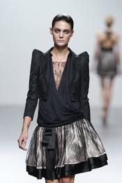 Falda voluminosa y chaqueta con hombreras para la primavera-verano de 2011 de MIriam Ocariz
