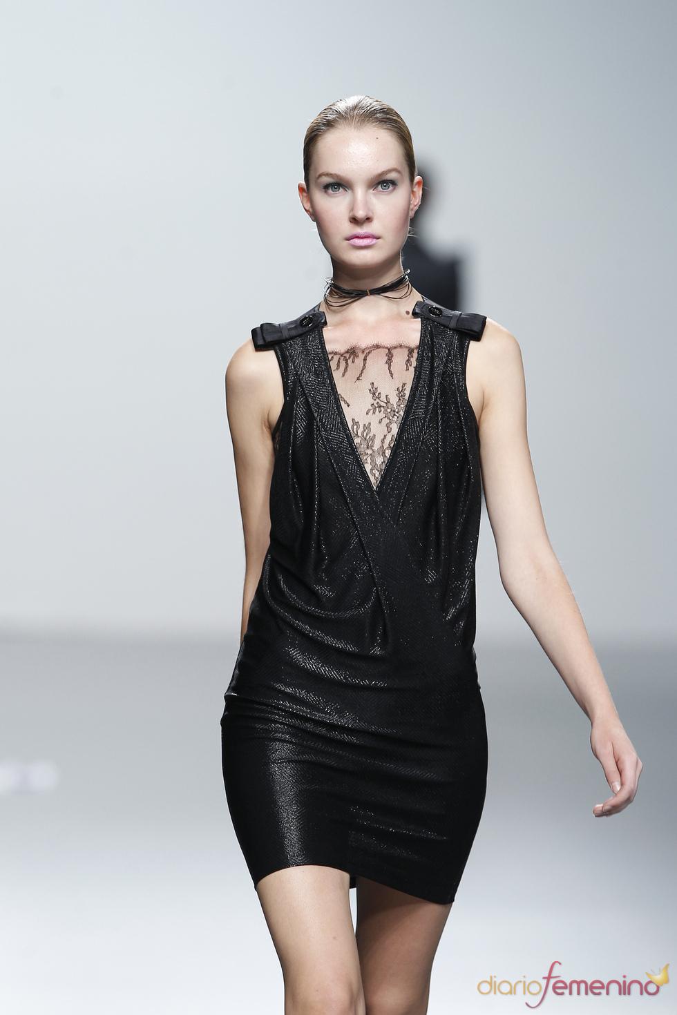 Vestido negro brillante de Miriam Ocariz en Cibeles 2011