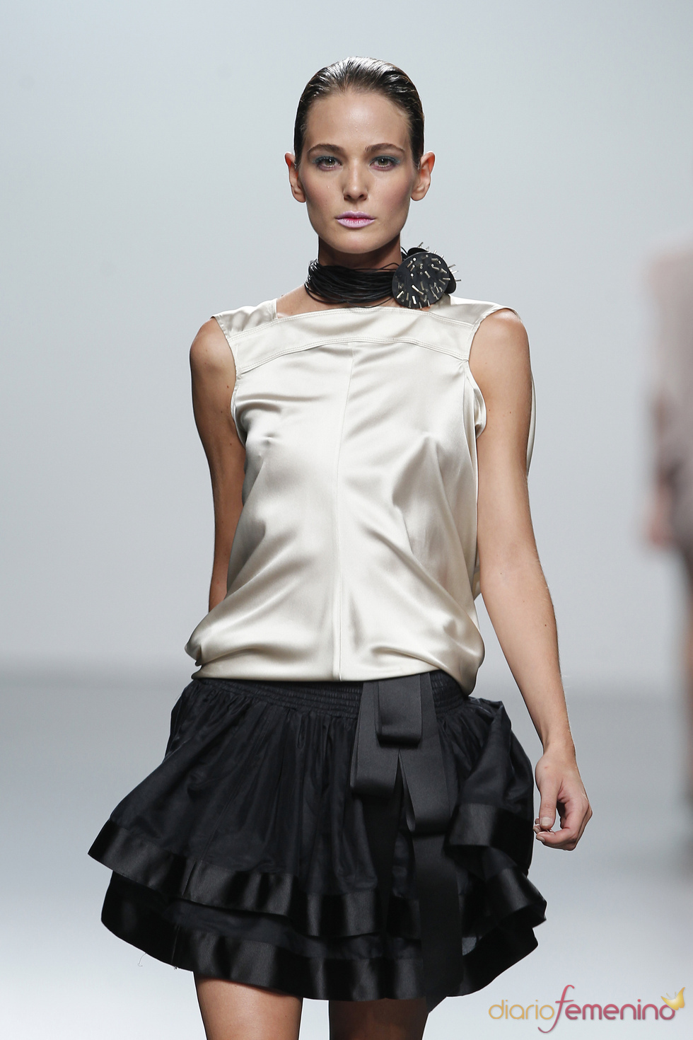 Elegante falda con lazada y camisa de raso para la primavera-verano 2011. Miriam Ocariz