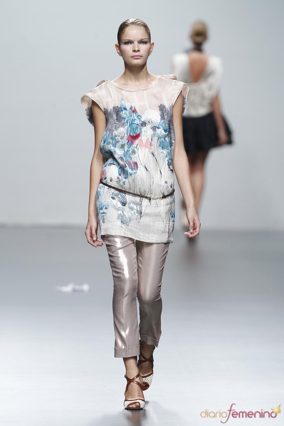 Coloridos estampados en blusón de Miriam Ocariz en Cibeles Madrid Fashio Week 2011