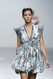 Alegre vestido estampado con hombreras para la primavera-verano 2011 de Miriam Ocariz